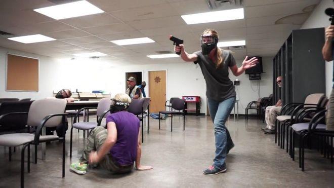 Resultado de imagem para Flórida permite que professor porte arma em sala de aula