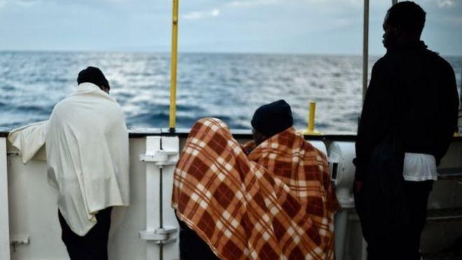 Мигранты в Средиземном море захватили спасший их танкер и ведут его к Мальте