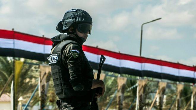 Un policía egipcio hace guardia en El Alamein.