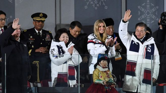 El presidente surcoreano, Moon Jae-in, saluda durante la ceremonia de clausura de las olimpiadas de invierno bajo la mirada de Ivanka Trump y del general norcoreano Kim Yong-chol.