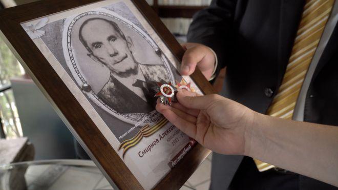 Una foto de Alexander Smirnov con su medalla