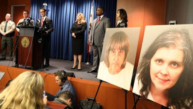 O procurador Mike Hestrin ao lado de membros do Judiciário e das fotos de David Turpin e Louise Turpin