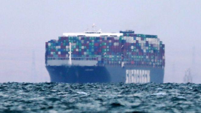 ترسو السفينة العملاقة في البحيرة المرة الكبرى، وهي منطقة في منتصف الممر الملاحي للقناة
