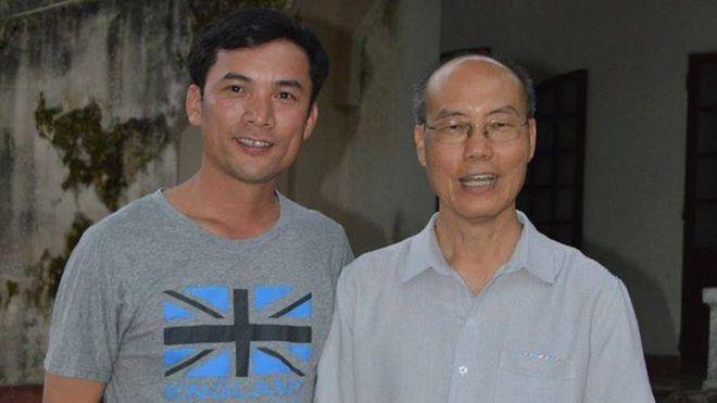 Thầy giáo Nguyễn Năng Tĩnh (trái) cùng Đức Tổng Giuse Ngô Quang Kiệt