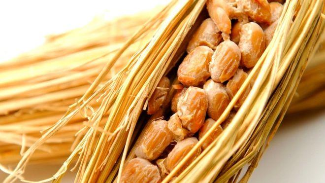По традиции приготовленные на пару соевые бобы заворачивались в рисовую солому и оставлялись на день, чтобы забродили
