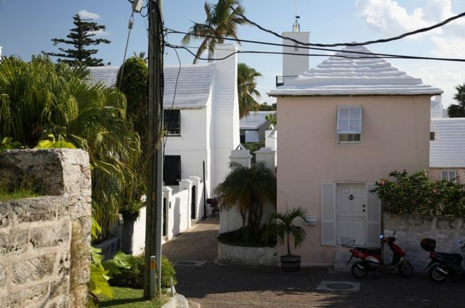 Why houses in Bermuda have white stepped roofs - BBC News on