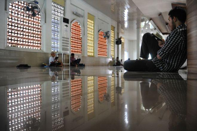 orang mengaji di masjid di banda aceh