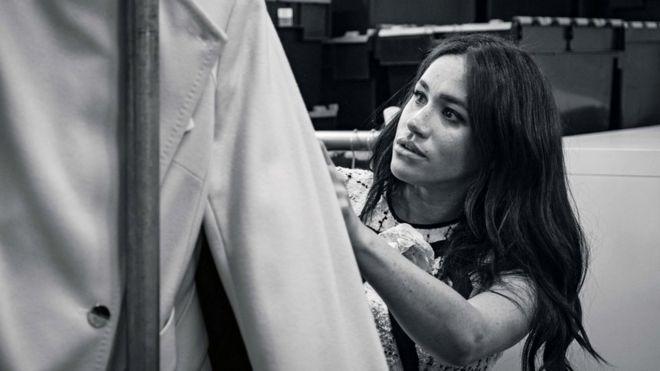 Meghan revisa algunas prendas de ropa.