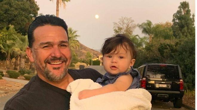 Emmanuel Cafferty comemorou com as filhas e os netos o emprego que perdeu depois de cancelamento no Twitter