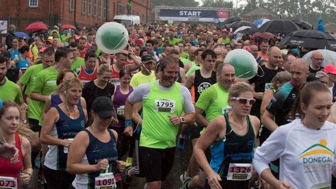 0b3085e94 The half marathon balloon runners setting the pace - BBC News