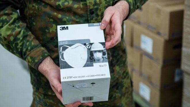 Um soldado alemão desembala caixas de máscaras do tipo FFP2 em 1 de abril de 2020