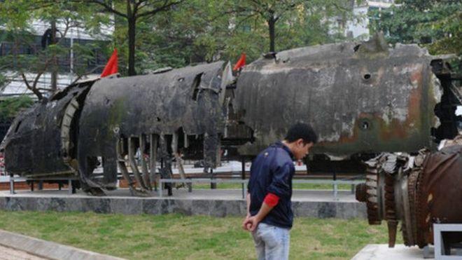Mảnh của pháo đài bay B-52 ở bảo tàng tại Hà Nội