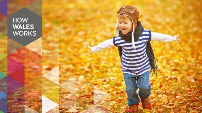 Ребенок играет в листьях