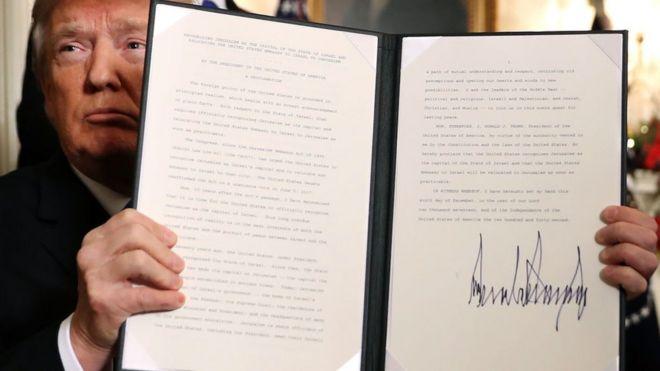 ประธานาธิบดีโดนัลด์ ทรัมป์ ถือคำประกาศรับรองว่ารัฐบาลสหรัฐฯ ได้ยอมรับกรุงเยรูซาเลมเป็นเมืองหลวงของอิสราเอลอย่างเป็นทางการ เมื่อวันที่ 6 ธ.ค.