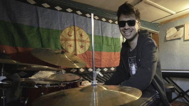 Gustavo Gatica frente a una batería.