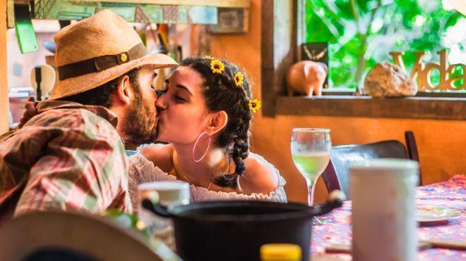 Casal namorados se beijando em uma casa de fazenda