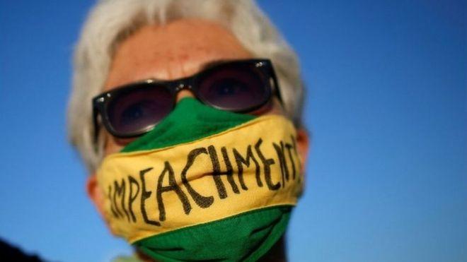 Manifestante em Brasília pede o impeachment contra Bolsonaro