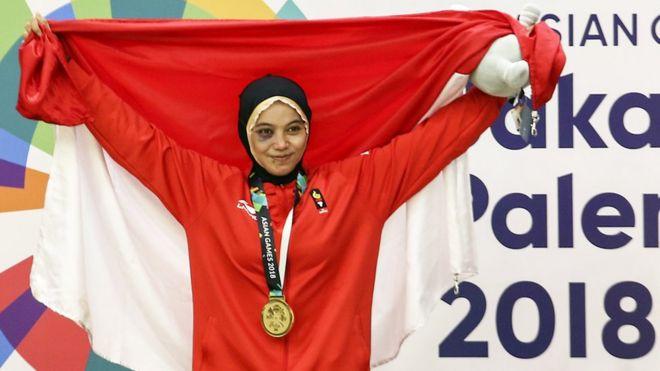 Pesilat Indonesia peraih medali emas Sarah Tria Monita berpose usai upacara penyerahan medali Kelas C Putri Asian Games 2018 di Padepokan Pencak Silat Taman Mini Indonesia Indah (TMII), Jakarta, Senin (27/8).