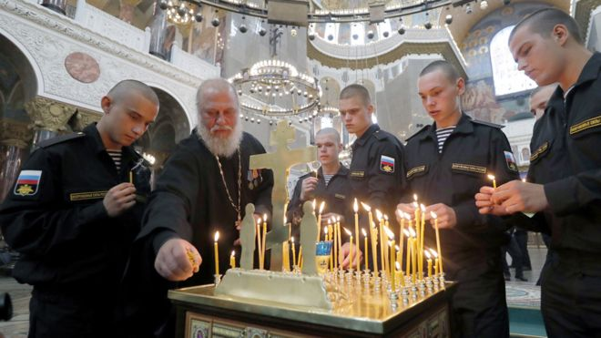 Servicemen in St Petersburg light candles in memory of victims, 4 Jul 19