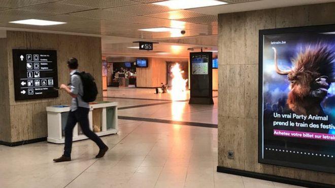 Foto mostrando uma coluna de fogo na Estação Central de Bruxelas