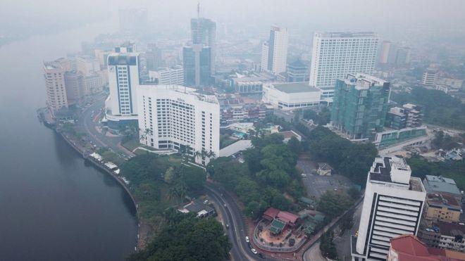 Pemandangan Kuching, ibu kota Sarawak pada hari Senin (09/09) yang diliputi oleh kabut asap