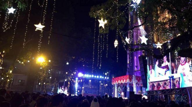 Người dân tập trung đón Giáng sinh trước của Nhà thờ lớn, Hà Nội đêm 24/12/2017.