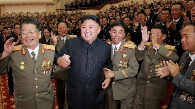 Kim Jong-un acompañado de sus jefes militares