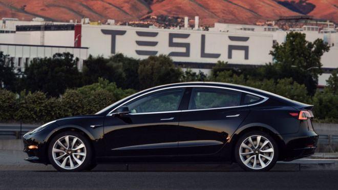 Илон Маск показал новый электрокар Tesla Model 3