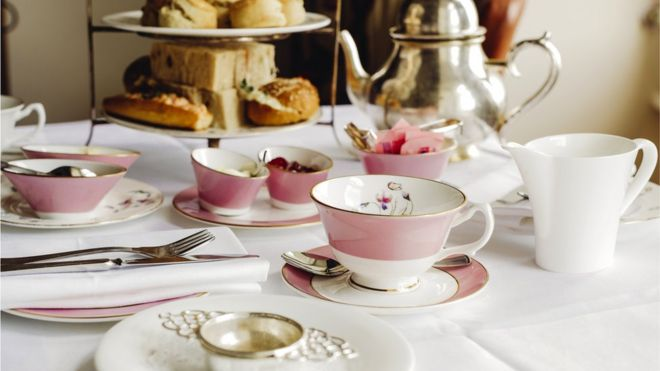 """Туристы, приехавшие в Лондон, могут встретить предложение традиционного чая """"файв-о-клок"""" в дорогих отелях британской столицы"""