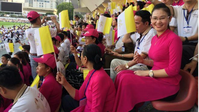 Áo dài Việt Nam phủ kín khán đài sân vận động quốc gia tại Bangkok trong Thánh Lễ 21/11