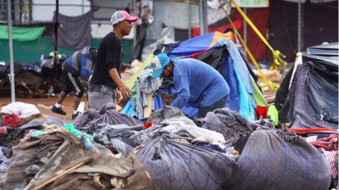 پس از آن که اعلام شده به دلایل بهداشتی کمپ مهاجران باید تغییر کند آنها اندک متعلقات همراهشان را برای جابجایی جمع کردند