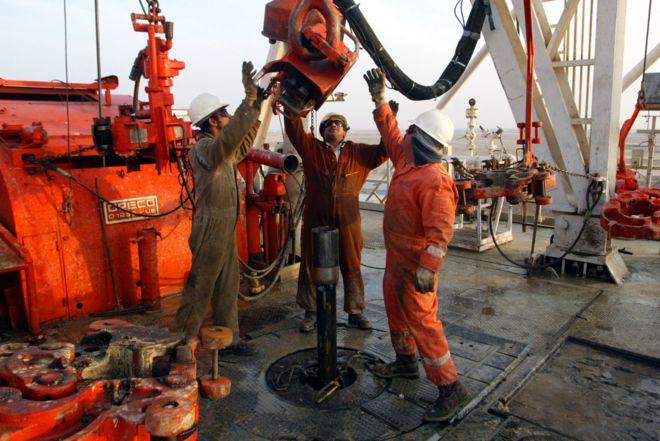 قیمت هر بشکه نفت برنت در بازارهای جهانی به حدود ۵۷ دلار کاهش یافت