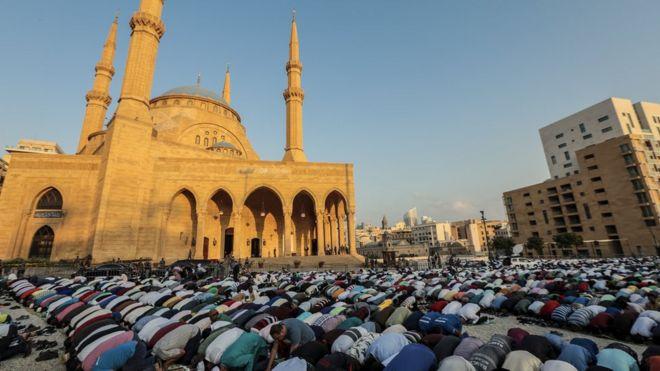 مسلمون يؤدون صلاة عيد الأضحى