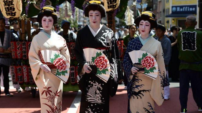 Mujeres en kimono en Asakusa, durante el festival Sanja en mayo de 2019.