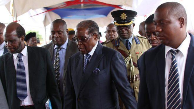 Mugabe ayaa waxaa waardiyaynayay askar militariga ka tirsan