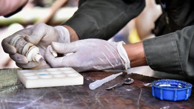 Homem produzindo cocaína