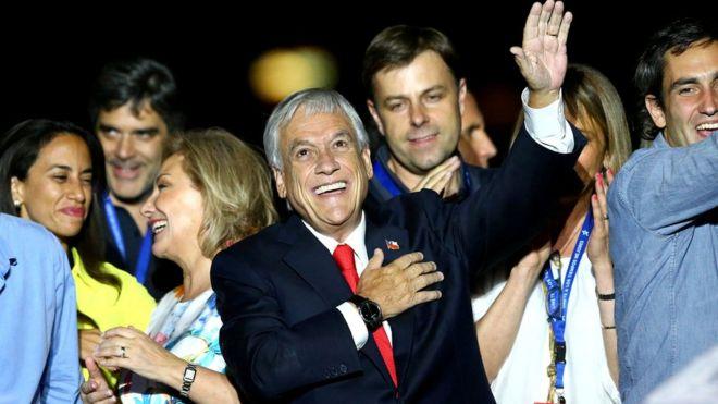 Sebastian Pinera zaferini kutluyor