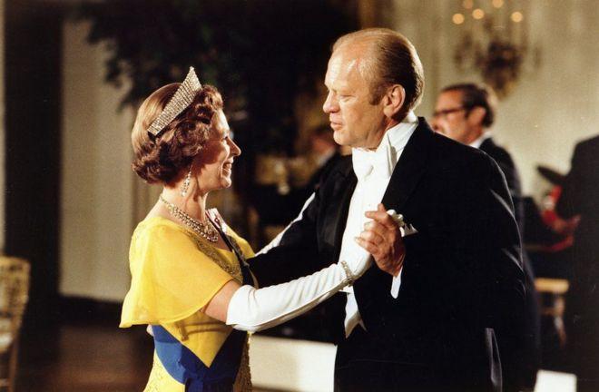 1976年美国建国200周年庆典,美国总统杰拉尔德·福特(Gerald Ford)在白宫与女王共舞。