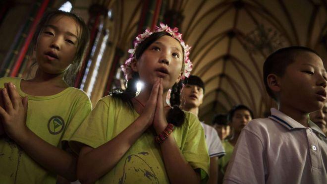 Jóvenes católicos chinos en una misa.