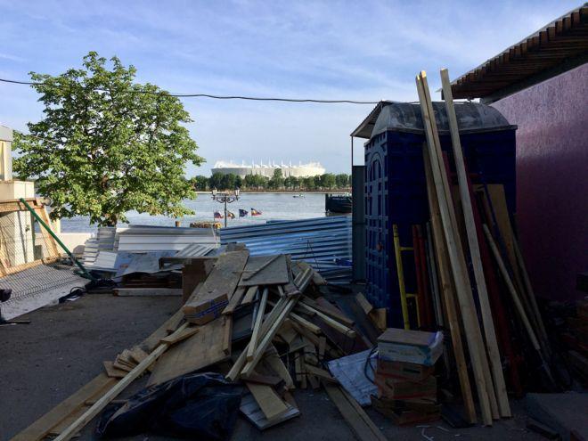 Lixo próximo ao estádio onde Brasil estreia na Copa