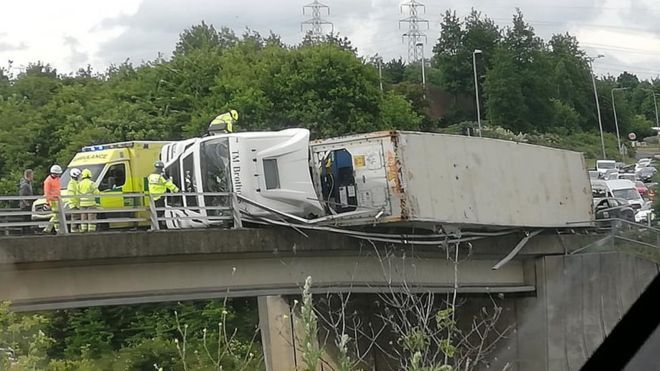 Lorry overhanging A14