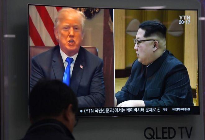 Дональд Трамп и Ким Чен Ын на экране телевизора