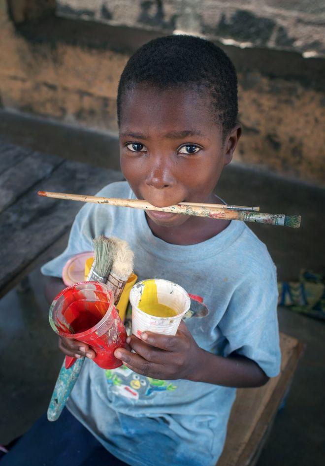 این پسر کوچک لوییس است که کارش تمیز کردن قلموها و لوازم نقاشی پدر است