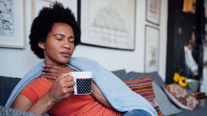 Mujer siente dolor de garganta