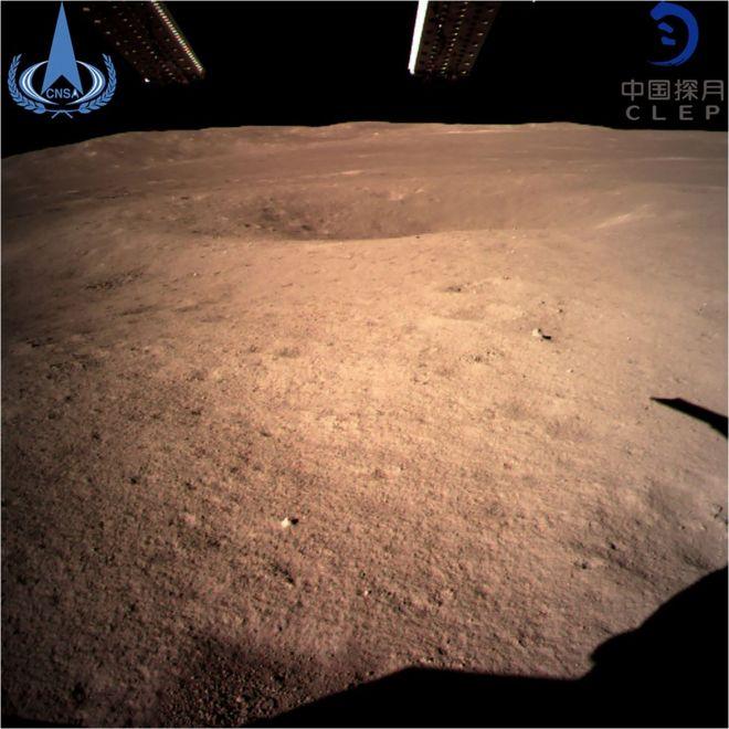 中国の探査機が世界で初めて撮影した、月の裏側を至近