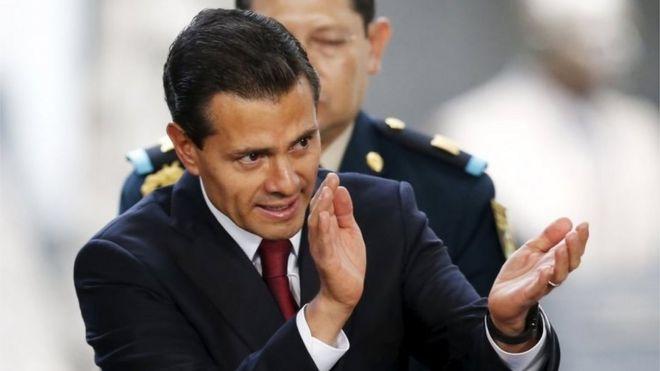 Президент Мексики Энрике Пена Ньето хлопает в ладоши после объявления правительства о планах легализации лекарств на основе марихуаны. Фото: 21 апреля 2016 г.