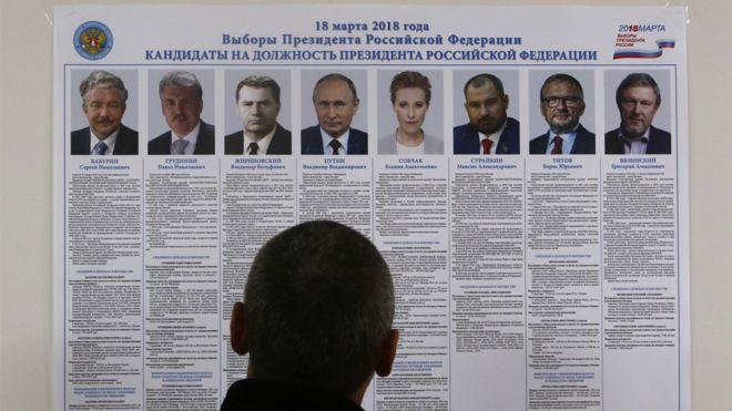 Elector ve un cartel con la información de los candidatos