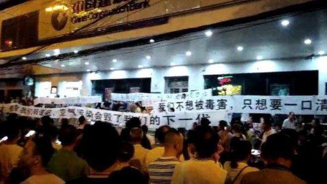 Người biểu tình nói nhà máy đốt rác gần khu dân cư, gây nguy hiểm cho đời sống của họ