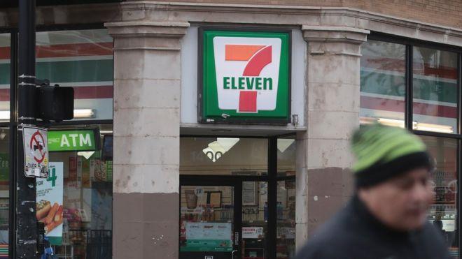 Иммиграционные и таможенные агенты США нацелены на 100 магазинов 7-Eleven в ходе рейдов по нелегальной иммиграции, Чикаго, 10 января 2018 года
