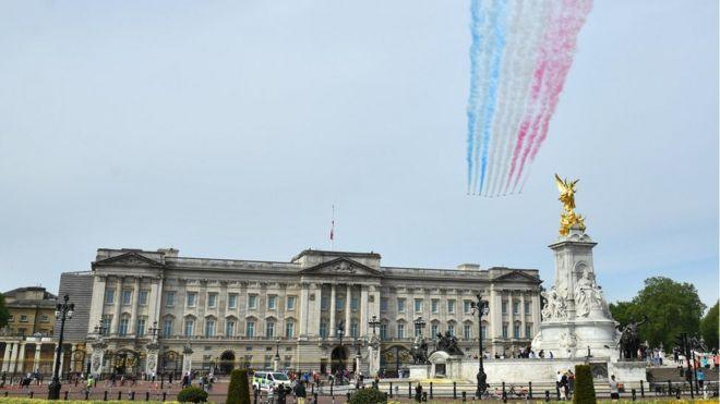 """""""Красные стрелы"""" над Букингемским дворцом"""